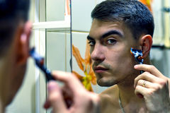 Mężczyzna przed wybraną elektryczną wiórkarką lub żyletkami klasycznymi Obrazy Royalty Free