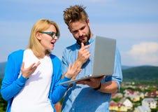 Mężczyzna przedstawia jego projekt klient plenerowy Klient i projektant dyskutuje projekt Internetowy sprawozdania pojęcie Online obrazy royalty free