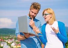 Mężczyzna przedstawia jego projekt klient plenerowy Klient i projektant dyskutuje projekt Internetowy sprawozdania pojęcie Online obraz royalty free
