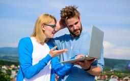 Mężczyzna przedstawia jego projekt klient plenerowy Klient i projektant dyskutuje projekt Mobilny internet daje możliwości zdjęcia stock