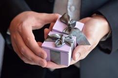 Mężczyzna przedstawia pierścionki zaręczynowych Fotografia Royalty Free