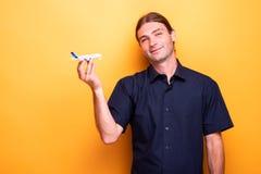 Mężczyzna przedstawia zabawkarskiego samolot zdjęcia stock