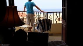Mężczyzna przegapia morze, kobiety na łóżku, bełtów mężczyzna i kobiet na balkonie, zbiory wideo