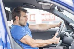 Mężczyzna przejażdżek samochodu post zdjęcie royalty free