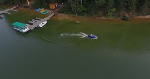 Mężczyzna przejażdżka na rzece na aqua roweru odgórnym widoku zbiory wideo