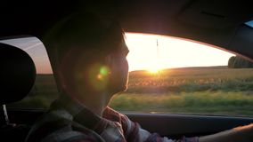 Mężczyzna przejażdżka W samochodzie Na tle zmierzch zdjęcie wideo