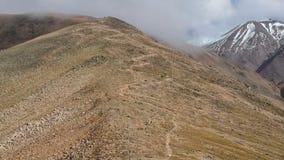 Mężczyzna przejażdżka zjazdowa w wysokich górach zdjęcie wideo