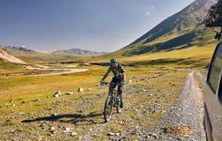 Mężczyzna przejażdżki bicykl w górach obraz stock