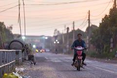 Mężczyzna przejażdżki na starym motocyklu puszku droga przy Muzułmańskim okręgiem Zdjęcie Stock