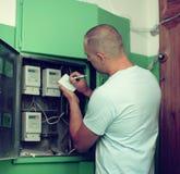 Mężczyzna przepisuje metrowych czytania zdjęcia stock