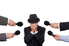 Mężczyzna przeprowadza wywiad sorounded reporterami fotografia royalty free