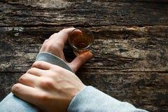 Mężczyzna przerwa myself no pić alkoholu Obraz Stock