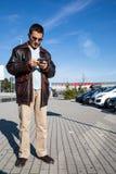 Mężczyzna przesyłanie wiadomości Podczas gdy Czekający spotkanie Obraz Stock
