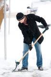 mężczyzna przeszuflowywa śnieg Fotografia Royalty Free