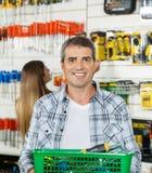 Mężczyzna przewożenia Koszykowy Pełny narzędzia W sklepie Obraz Stock