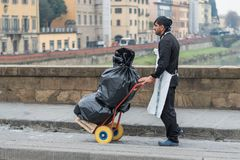 Mężczyzna przewożenia torba na śmiecie obraz royalty free