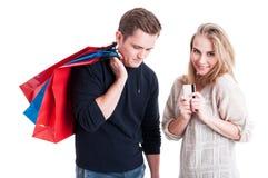 Mężczyzna przewożenia torba na zakupy i kobiety mienia karta Fotografia Stock