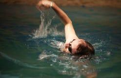 Mężczyzna przy basenem obrazy stock