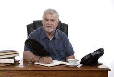 Mężczyzna przy biurkiem Obrazy Royalty Free