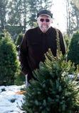 Mężczyzna przy drzewnym gospodarstwem rolnym Obrazy Royalty Free