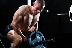 Mężczyzna przy Dumbbell szkoleniem w gym Fotografia Royalty Free