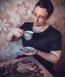 Mężczyzna przy filiżanką silna świeża kawa przy degustacją zdjęcia stock