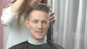 Mężczyzna przy fryzjera męskiego ono uśmiecha się