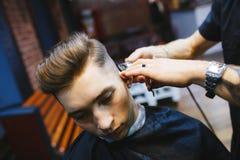 Mężczyzna przy fryzjerem Zdjęcia Stock