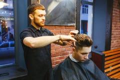 Mężczyzna przy fryzjerem Obrazy Royalty Free