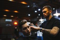 Mężczyzna przy fryzjerem Zdjęcia Royalty Free