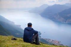 Mężczyzna przy jeziornym Gardą zdjęcia royalty free