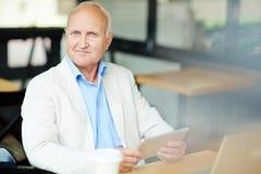 Mężczyzna przy kawiarnią zdjęcie royalty free