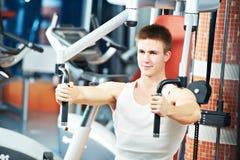 Mężczyzna przy klatka piersiowa napierśnikiem ćwiczy maszynę zdjęcie royalty free