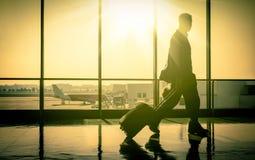 Mężczyzna przy lotniskiem z walizką Zdjęcia Royalty Free