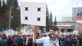 Mężczyzna przy politycznym spotkaniem z sztandarem z punktami dla tropić kopii przestrzeni tekst zbiory wideo