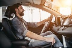 Mężczyzna przy przedstawicielstwem firmy samochodowej zdjęcie royalty free