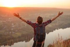 Mężczyzna przy rzeką z rękami w oddaleniu Zdjęcie Royalty Free