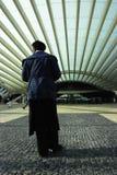 Mężczyzna przy stacją kolejową Obrazy Royalty Free