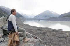 Mężczyzna przy Tasman lodowa punktem widzenia Aoraki, góra Kucbarski park narodowy,/, Nowa Zelandia obrazy royalty free