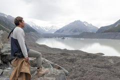 Mężczyzna przy Tasman lodowa punktem widzenia Aoraki, góra Kucbarski park narodowy,/, Nowa Zelandia obraz stock