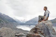 Mężczyzna przy Tasman lodowa punktem widzenia Aoraki, góra Kucbarski park narodowy,/, Nowa Zelandia fotografia royalty free