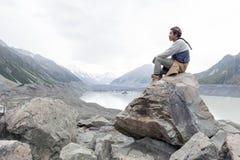 Mężczyzna przy Tasman lodowa punktem widzenia Aoraki, góra Kucbarski park narodowy,/, Nowa Zelandia zdjęcia stock