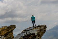 Mężczyzna przy wierzchołkiem kontempluje piękno Granada Alpujarras skała zdjęcia royalty free