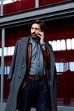 Mężczyzna przychodził out opowiadać na telefonie na balkonie Obraz Royalty Free