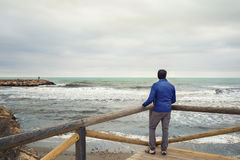 mężczyzna przyglądający morze Zdjęcia Stock