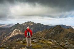 mężczyzna przyglądający widok górski Obrazy Royalty Free