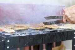 Mężczyzna przygotowywa dymiącego grilla na grillu Obrazy Stock