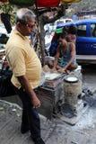 Mężczyzna przygotowywa prostego ulicznego jedzenie w Kolkata Zdjęcie Royalty Free