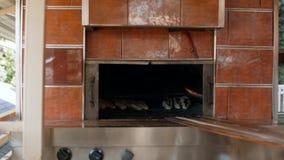 Mężczyzna przygotowywa wyśmienicie tradycyjnych Tureckich torty Pida 4K zbiory wideo