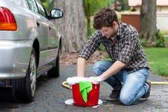 Mężczyzna przygotowywający dla samochodowego cleaning Obraz Stock